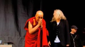 Il Dalai Lama a Glastonbury 2015