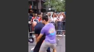 Un poliziotto si scatena al Gay Pride di New York