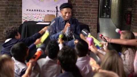 Pharrell Williams presenta il libro 'Happy' ai bambini