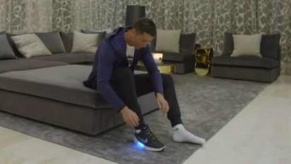 2436168856c582 Cristiano Ronaldo indossa le scarpe che si allacciano da sole