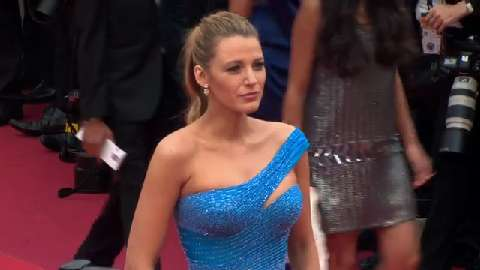 Blake Lively splendida con il pancione sul red carpet di Cannes