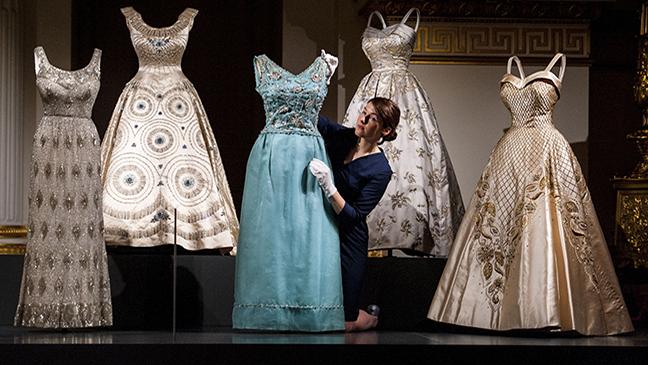 90 anni di stile dal guardaroba della Regina d'Inghilterra