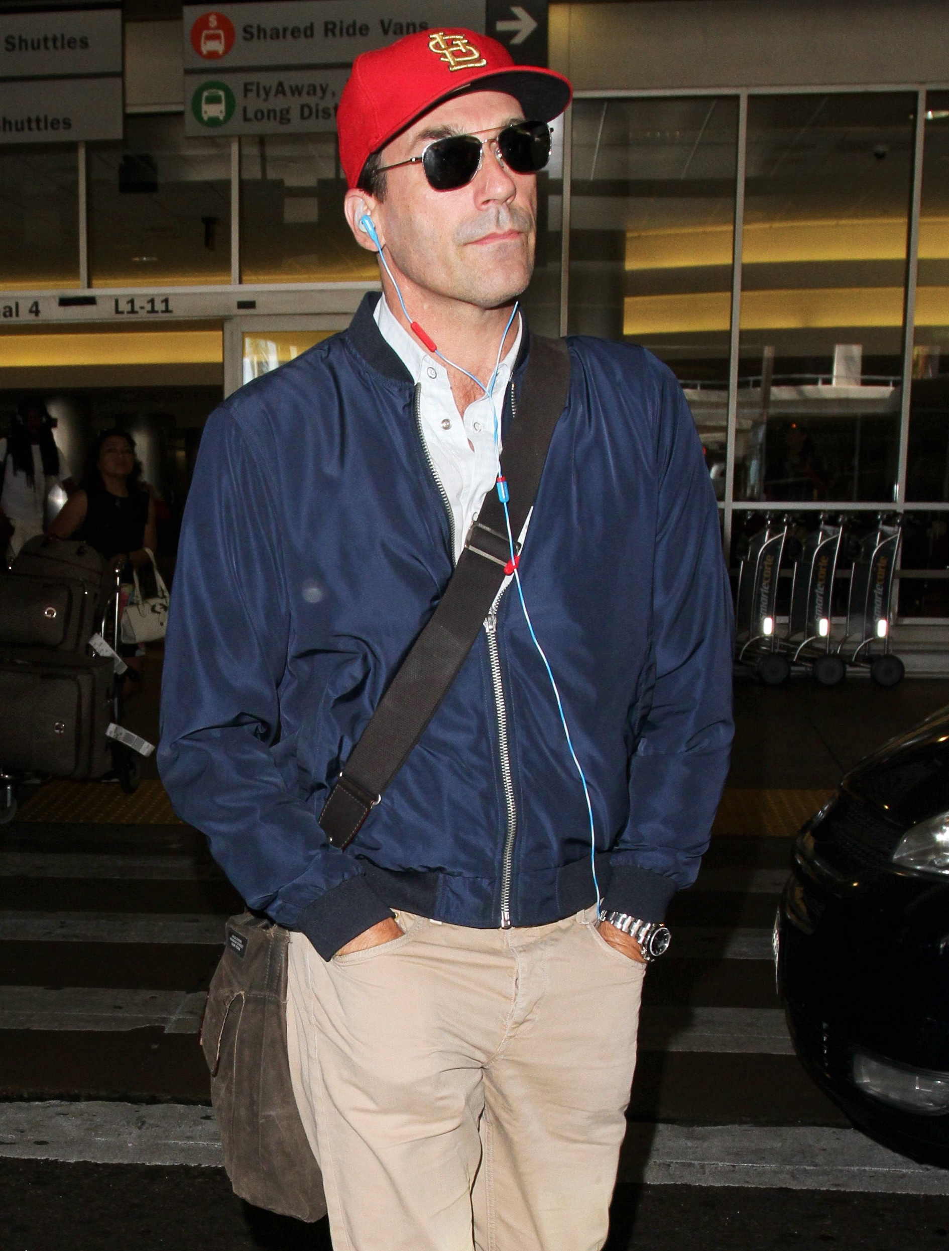 Jon Hamm, forse il futuro 'James Bond' all'aereoporto L'attore Jon Hamm sorride all'aereoporto di Los Angeles, e' in trattativa per interpretare il ruolo di James Bond La stella 'Mad Men' mette in mostra il suo cappello preferito dei St. Louis Cardinals, un bomber blu di seta, pantaloni kaki e stivali neri. Wednesday, July 27, 2016 - Jon Hamm flashes a smile looking a bit worn out as he arrives in Los Angeles amid reports he is among those in talks to play the next James Bond. The 'Mad Men' star sports his favorite St. Louis Cardinals cap, a blue silk bomber, khaki pants and black boots. Jon Hamm looks tired at LAX as James Bond speculation swirls Gio/X17online.com JonHammLax270716 LaPresse -- Only Italy