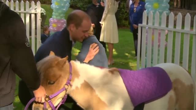 George e Charlotte in Canada, a un party per bambini in giardino